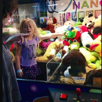 funny kids, kids stuck in claw machines, funny photos, funny pics, funny pictures, best funny pictures of