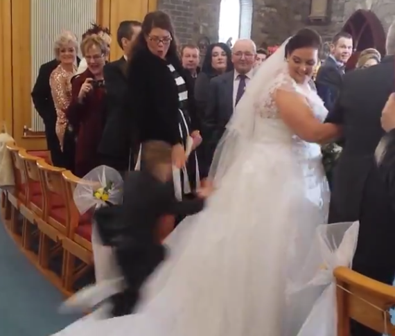 Little Kid Ruins Bride S Walk Down The Aisle In Glorious Fashion