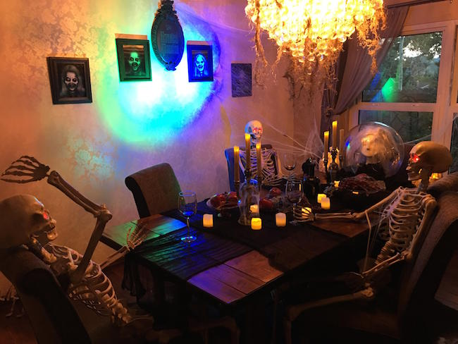 Apparently it 39 s time to step up your halloween decorations for Deco de table halloween
