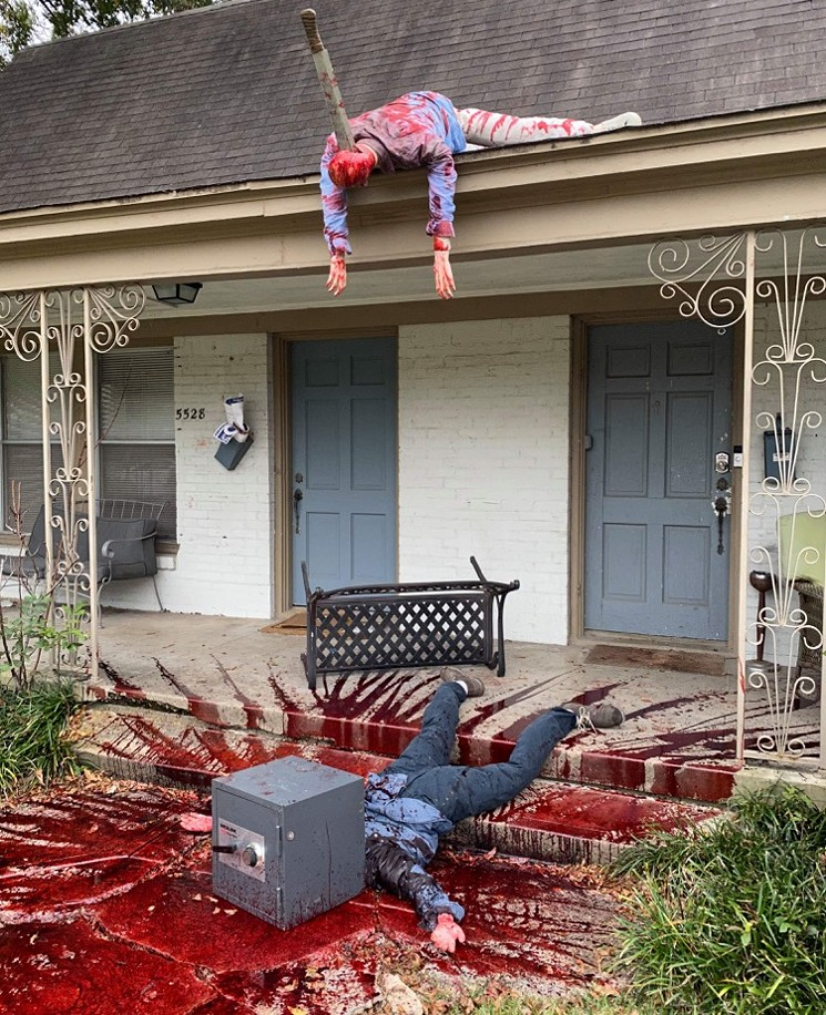 Guy's Halloween Decorations Are So Realistic The Police Stopped By 12